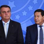 Mourão por vezes atrapalha, mas tem que aturar, diz Bolsonaro
